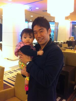 Shinji_holds_on_yuan